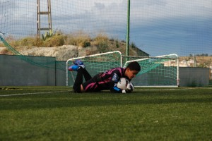Josemi blocando un balón en la Escuela de Porteros Perelló